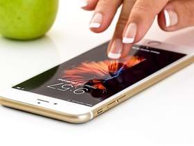BDBR-personne-touchant-ecran-smartphone